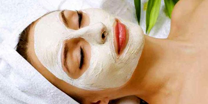 malai applying on face